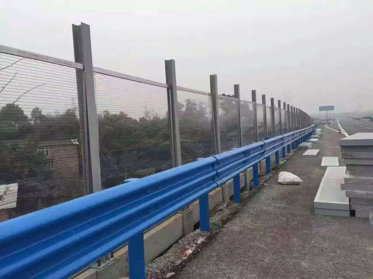 双鸭山公路热镀锌防撞钢梁护栏安装外观样式